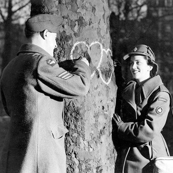 Casal comemora o Dia dos Namorados de 1944.