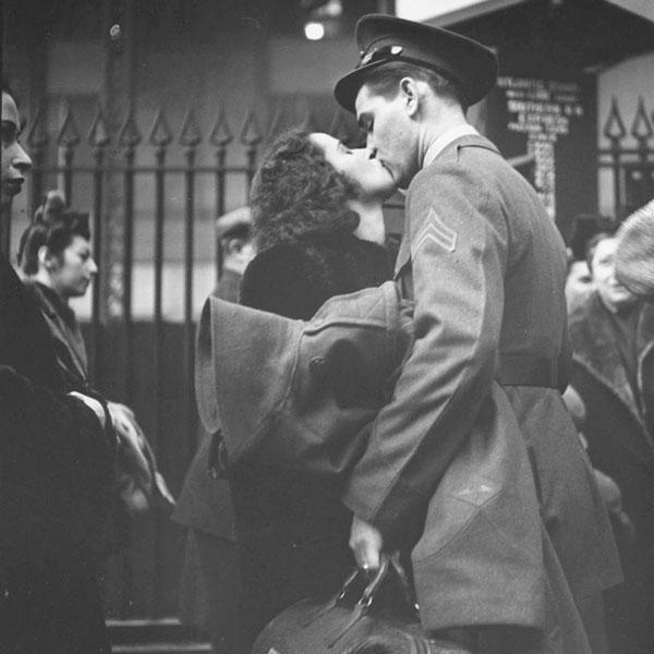 Casal se beija antes do embarque de tropas em 1943