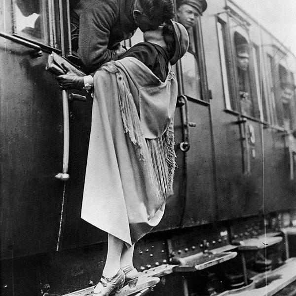 Soldado beija a namorada antes do embarque para a 1ª Guerra Mundial, em 1922.
