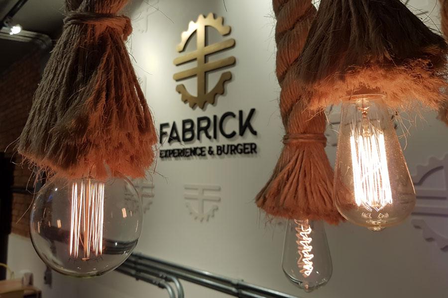 fabrick-experience-burger-hamburgueria-review-resenha-tatuape-gastronomia-sao-paulo-decoracao-industrial-minimalista